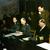 Le commandant militaire allemand Alfred Jodl (au centre) signe la capitulation de l'Allemagne à Reims, le 7 mai 1945. Assis à sa droite, le major Wilhelm Oxenius et l'amiral Hans. Georg von Friedeburg est à sa gauche (dans l'uniforme sombre.